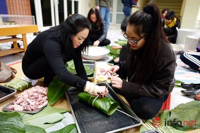 Học sinh Lương Thế Vinh hào hứng gói bánh chưng làm từ thiện - 2