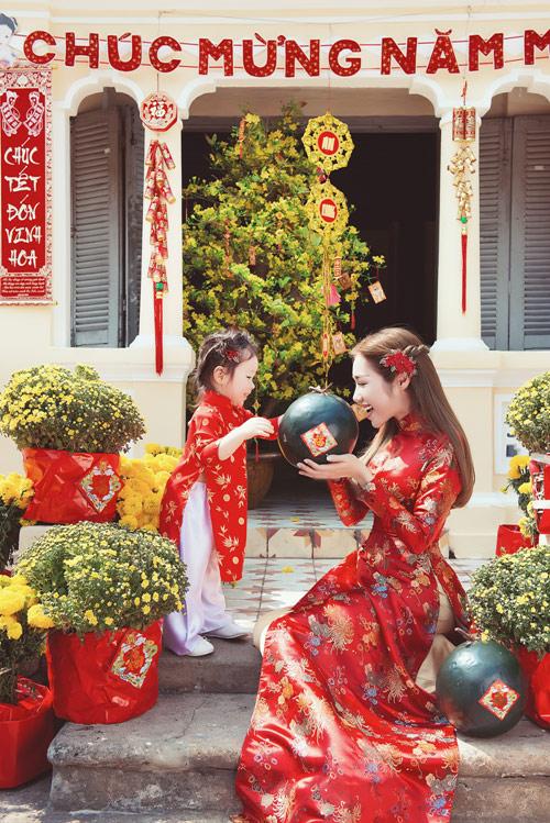 Elly Trần lần đầu chụp ảnh đón Tết cùng con gái - 1