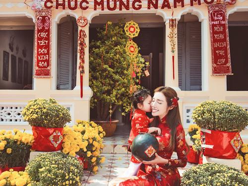 Elly Trần lần đầu chụp ảnh đón Tết cùng con gái - 2