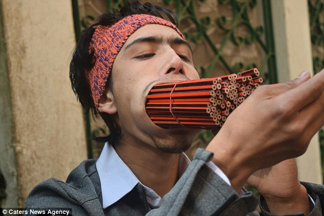 Chàng trai 19 tuổi ngậm 138 chiếc bút chì trong miệng - 1