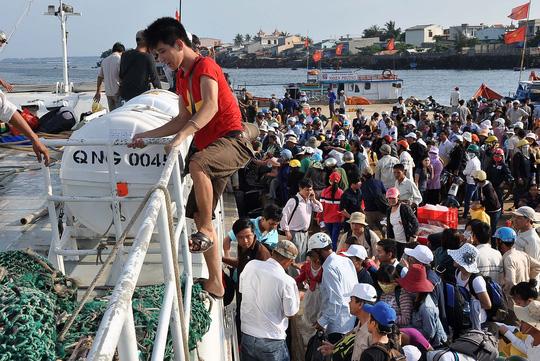Tàu ra Lý Sơn quay lại vì sóng lớn, hàng trăm khách mắc kẹt - 1