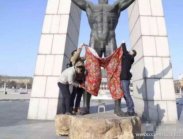 TQ: Mặc quần cho tượng khỏa thân - 1