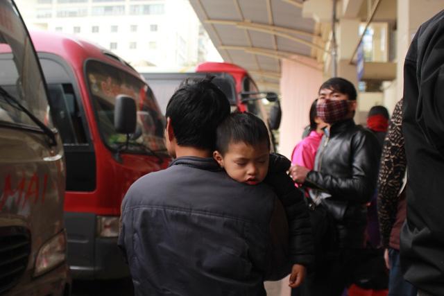 Trẻ em mệt mỏi theo bố mẹ về quê nghỉ Tết - 10