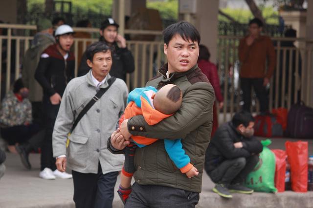 Trẻ em mệt mỏi theo bố mẹ về quê nghỉ Tết - 11