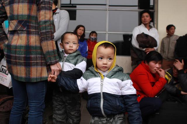 Trẻ em mệt mỏi theo bố mẹ về quê nghỉ Tết - 12