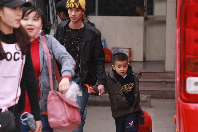 Trẻ em mệt mỏi theo bố mẹ về quê nghỉ Tết - 13