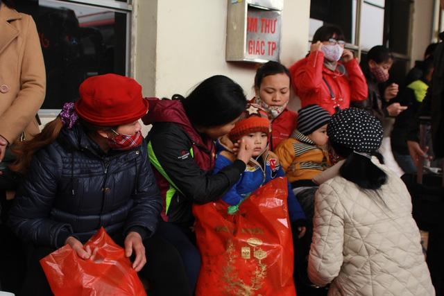 Trẻ em mệt mỏi theo bố mẹ về quê nghỉ Tết - 14
