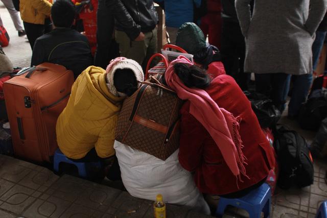 Trẻ em mệt mỏi theo bố mẹ về quê nghỉ Tết - 3