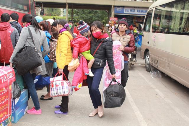 Trẻ em mệt mỏi theo bố mẹ về quê nghỉ Tết - 8
