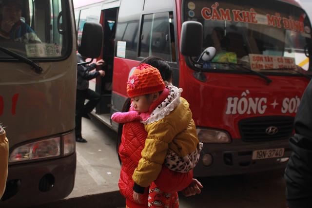 Trẻ em mệt mỏi theo bố mẹ về quê nghỉ Tết - 9