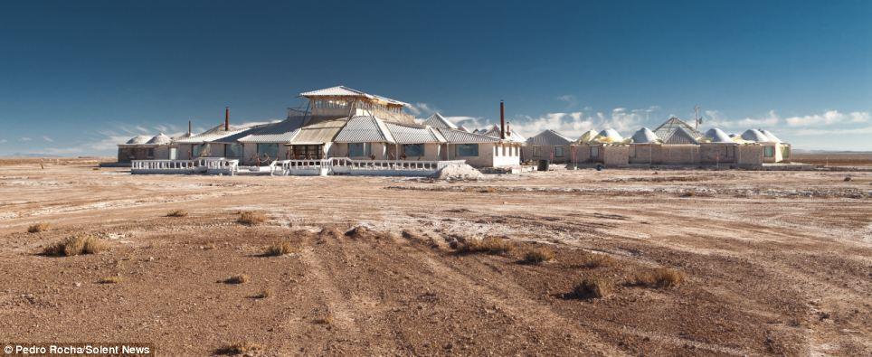 Choáng với khách sạn tuyệt đẹp làm từ 10.500 tấn muối - 1