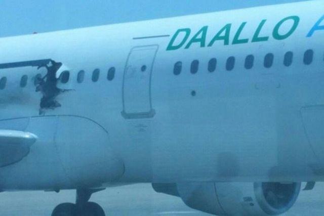 Đang chở khách, máy bay thủng lỗ lớn trên thân - 1
