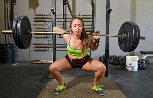 Ngưỡng mộ: Cô gái cụt 1 tay nâng tạ 100kg - 1