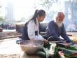 Học sinh Lương Thế Vinh hào hứng gói bánh chưng làm từ thiện