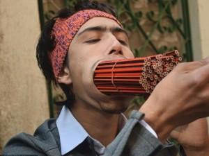 Chàng trai 19 tuổi ngậm 138 chiếc bút chì trong miệng