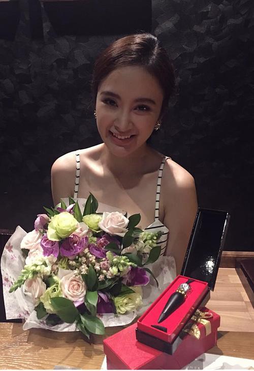 Facebook sao 4/2: Angela Phương Trinh khoe quà hàng hiệu - 1