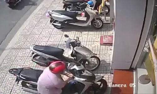Clip: Trộm bẻ khóa 'cuỗm' SH ngay trước cửa ngân hàng - 1