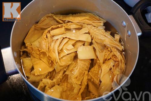 Công thức nấu canh măng khô móng giò ngậy mà không ngán - 2
