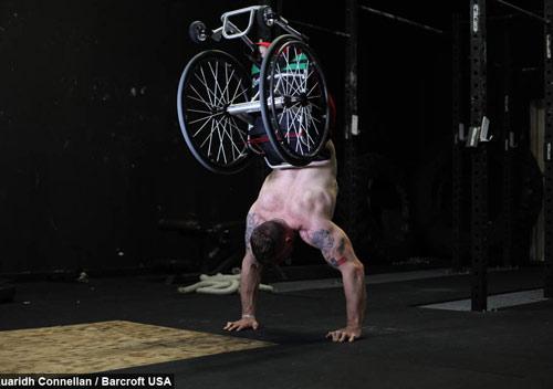 Nghị lực không tưởng: Cụt 2 chân chống đẩy với xe lăn - 1
