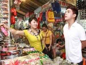 Khoảnh khắc: Hồ Quang Hiếu một mình vội vã đi chợ Tết