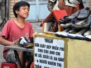 Tin tức Việt Nam - Thanh niên sửa giày miễn phí cho người nghèo giữa Sài Gòn