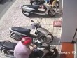 Clip: Trộm bẻ khóa 'cuỗm' SH ngay trước cửa ngân hàng