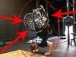 Nghị lực không tưởng: Cụt 2 chân chống đẩy với xe lăn