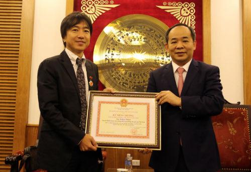 HLV Miura nhận kỷ niệm chương - 1
