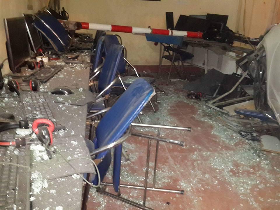 HN: Ô tô lao vào quán internet, 4 người bị thương - 3
