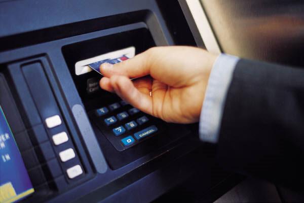 """Rút tiền tại ATM lại bị """"nuốt"""" tiền, phải làm sao? - 1"""