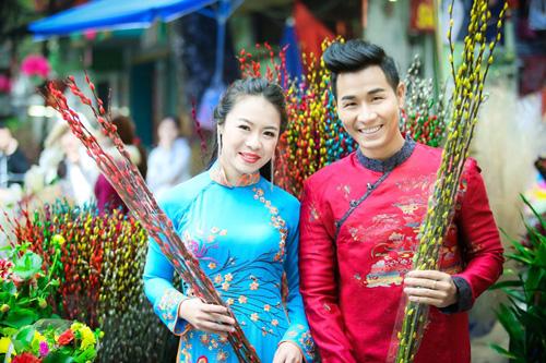 Nguyên Khang diện áo dài gấm, dạo phố hoa Tết ở Hà Nội - 1