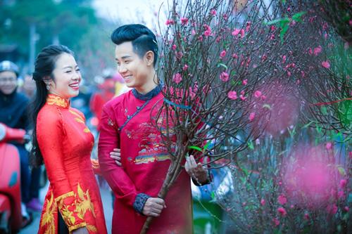 Nguyên Khang diện áo dài gấm, dạo phố hoa Tết ở Hà Nội - 2