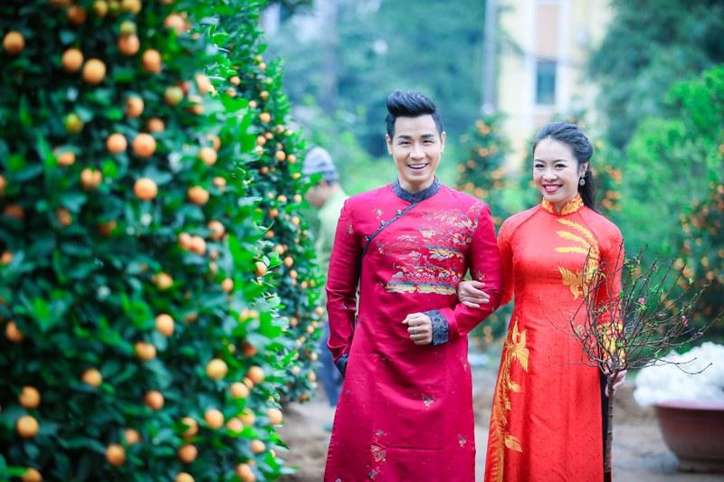 Nguyên Khang diện áo dài gấm, dạo phố hoa Tết ở Hà Nội - 4