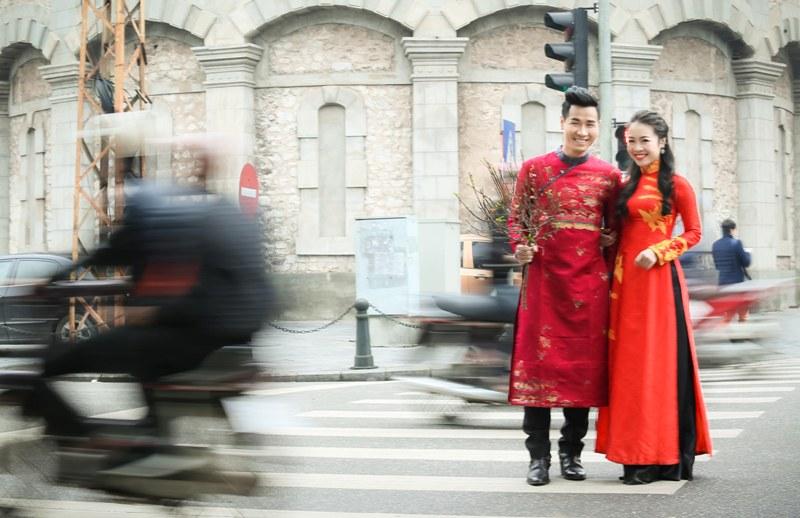 Nguyên Khang diện áo dài gấm, dạo phố hoa Tết ở Hà Nội - 8