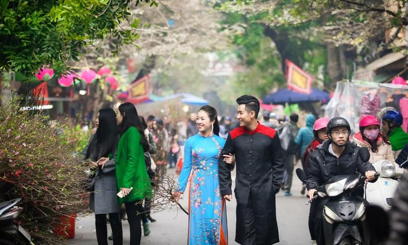 Nguyên Khang diện áo dài gấm, dạo phố hoa Tết ở Hà Nội - 5