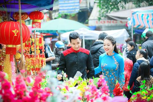 Nguyên Khang diện áo dài gấm, dạo phố hoa Tết ở Hà Nội - 10