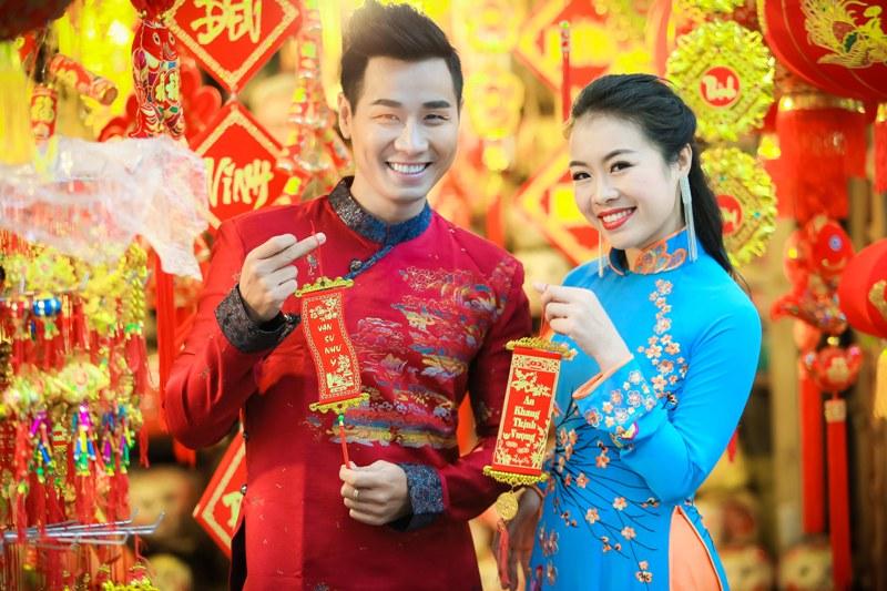 Nguyên Khang diện áo dài gấm, dạo phố hoa Tết ở Hà Nội - 6