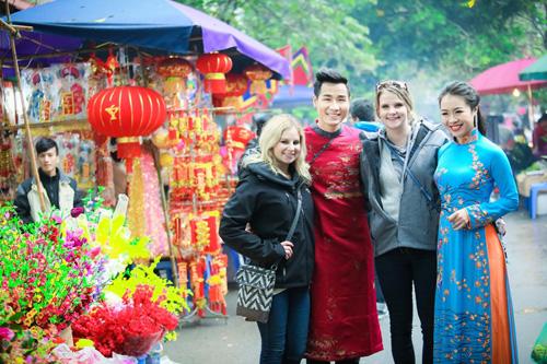 Nguyên Khang diện áo dài gấm, dạo phố hoa Tết ở Hà Nội - 9