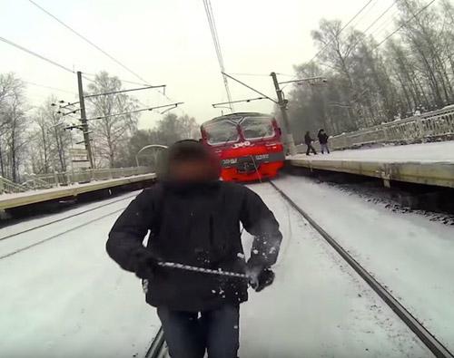 Liều mạng: Bám sau xe lửa để trượt tuyết - 1