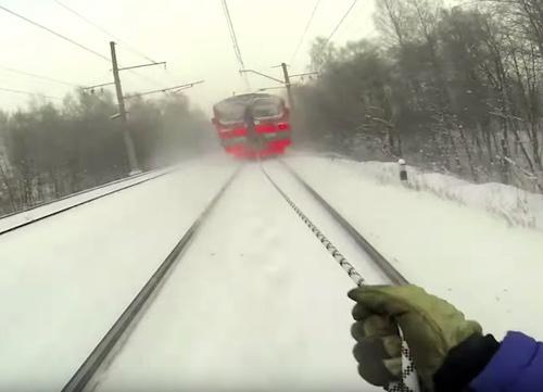 Liều mạng: Bám sau xe lửa để trượt tuyết - 2