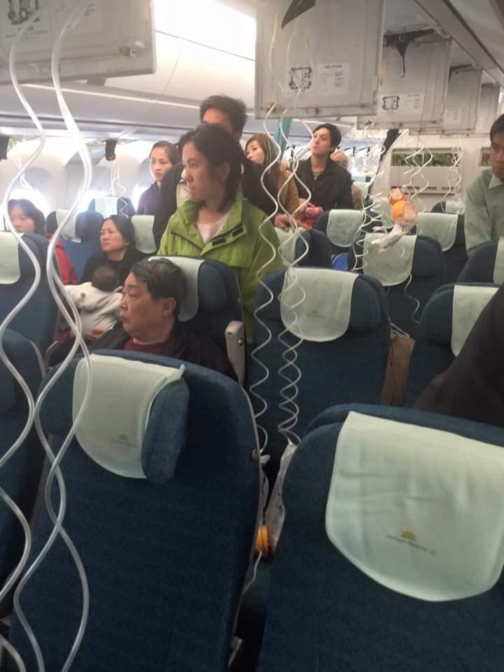 Máy bay VNA giảm áp suất đột ngột, tiếp viên bị thương - 1
