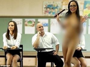 Cô giáo khỏa thân dạy tiếng Anh trên truyền hình