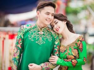 Vợ chồng Tú Vi - Văn Anh tình tứ xuống phố đón Xuân