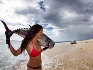 Nữ ngư dân quyến rũ giết bạch tuộc bằng răng