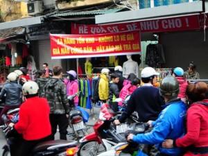 """Giá cả - Hà Nội: Quần áo thanh lý """"đổ bộ"""" vỉa hè ngày cuối năm"""