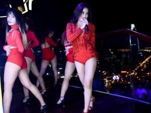 Hoàng Thùy Linh sexy, khuấy động tiệc cuối năm