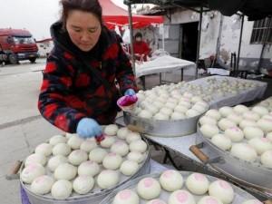 Dân Trung Quốc bận rộn chuẩn bị Tết Nguyên đán