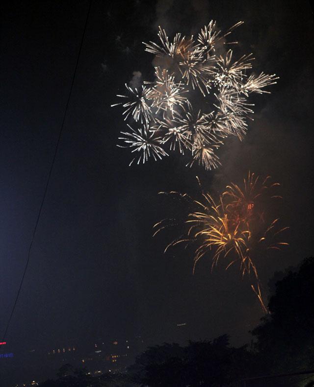 Pháo hoa bung nở rực rỡ đón mừng năm mới - 6