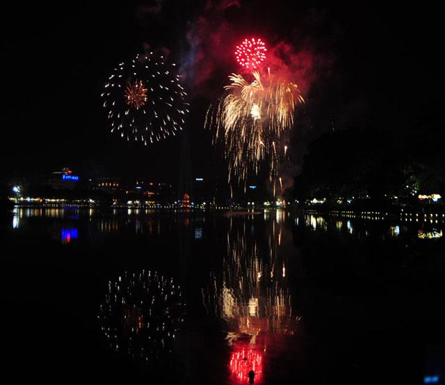 Pháo hoa bung nở rực rỡ đón mừng năm mới - 2