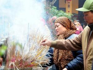 Tin tức trong ngày - Người Hà Nội đi lễ chùa cầu tài lộc ngày đầu năm mới